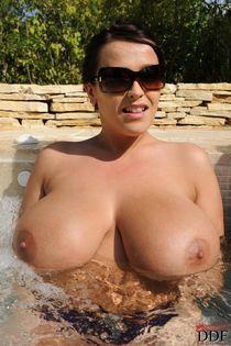 Big titted BBWs Leanne Crow and Kelley Scarlett basking in the pool