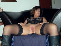 Brunette wife posing and showing her flabby pussy fucked