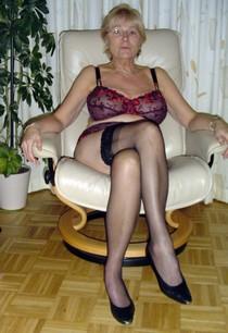 Hot UK milf posing nude