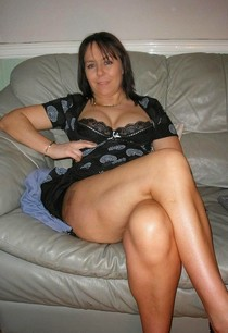 Cute milf with sexy thighs.