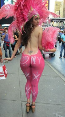 Showing off her KILLER curves and ample ass to the lucky crowd in the streets of New York.