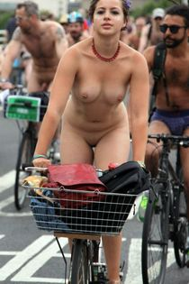 Fully naked women cyclists in these erotic pics