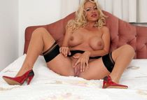 Middle aged pornstar Taylor Morgan stroking her pussy