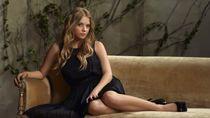 эшли бенсон диван черное платье женщины..