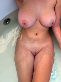 My naked wife in the bath, just looking this big boobs