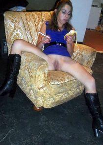 Studentka bez majtek czeka na ruchanie.