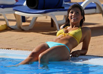 oNxKaydpyRyLG0e.jpg - Roxanne Pallett-Bikini By The Pool Unk