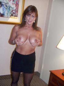 Сексуальные дамы показывают красивые дойки и..