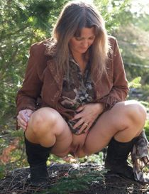 Kelli Peeing Outdoors Pissing - Amateur