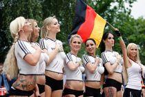 TV-Kritik: Was war mit dem pinken Riesendildo? Fußball
