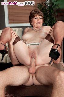 Mature psychologist Bea Cummins seduces her sexually frustra