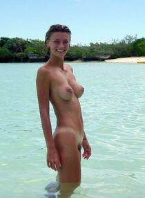 Amateur slim girlfriend with nice tits on the beach
