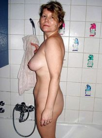 12 pictures with naked different housewives washing in the showers