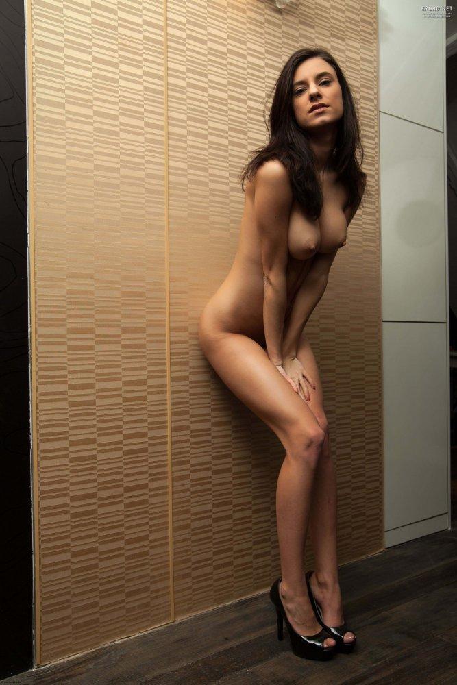 Милая красотка Sarah R показывает красивую грудь