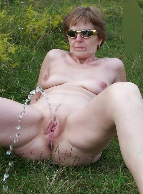 nude mature pissing